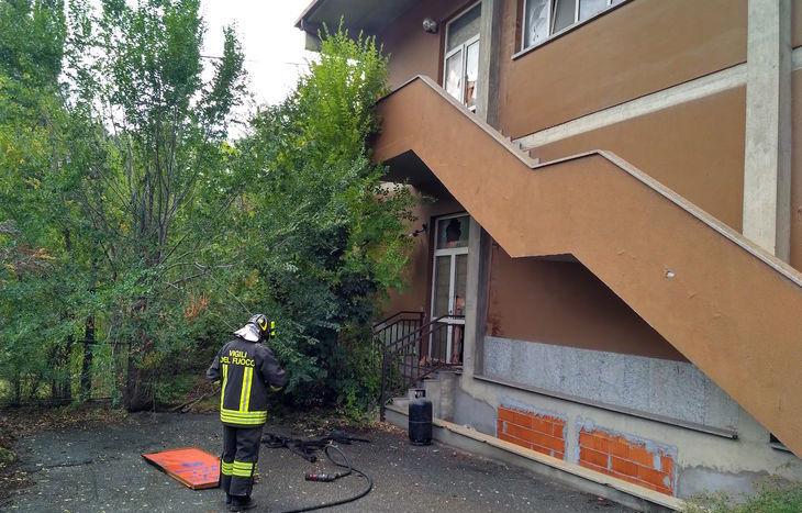 L'incendio nell'ex palestra di via Saint-Martin ad Aosta.