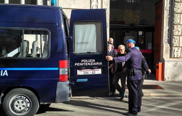 Carmine Amato lascia il Tribunale al termine dell'udienza.