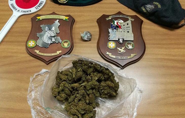La marijuana sequestrata all'arrestato.