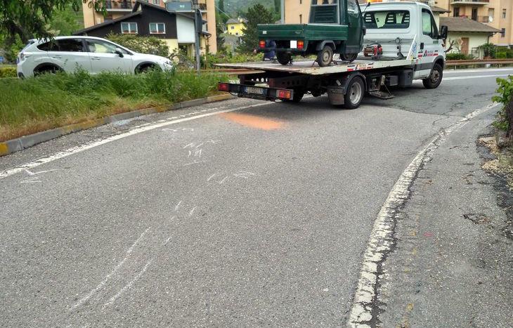 La rimozione del mezzo, dopo l'incidente.