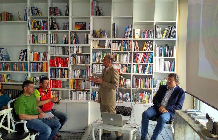 Il presidente Uvgam Giglio (in piedi) e l'assessore Marguerettaz. In prima fila, Adriano Favre e Daniele Ollier.