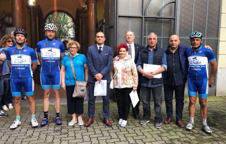 I ciclisti partiti dalla Valle con il vicario Grassi e i parenti di alcune vittime del crimine.