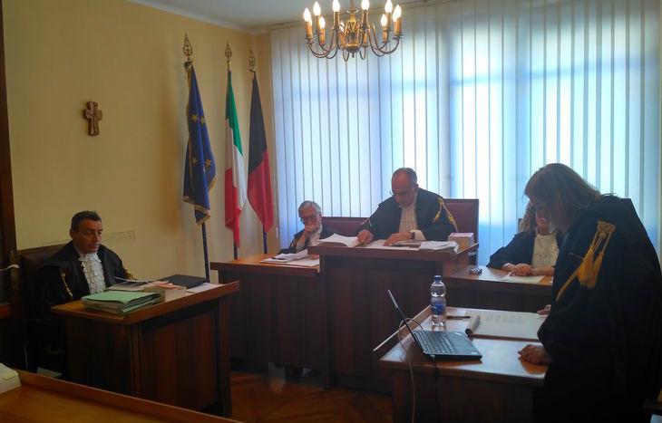 Il collegio giudicante della Corte dei Conti e, a sinistra, il procuratore Rizzi.